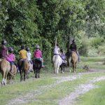Départ en balade avec des enfants en stage poney