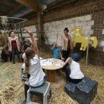 Jeux entre groupe d'enfants et poney