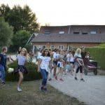 Groupe de jeunes filles dans le centre équestre